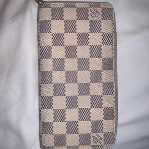 White Louis Vuitton zippy wallet